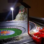 Stadionbeleuchtung in Radiator Springs beim Piston Cup
